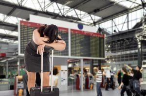 verzweifelte Frau am Flughafen